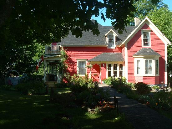 North Sydney, Canada: The front of the house and garden