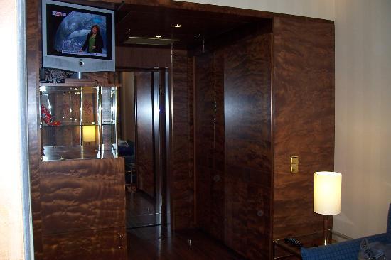Derag Livinghotel Kanzler: Room entrance area - nice wood effect.