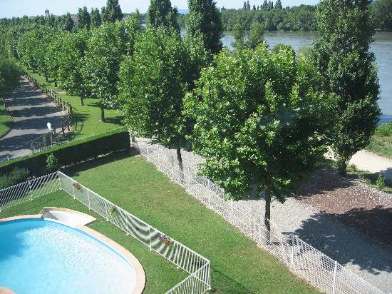 Bourg-les-Valence, Frankrike: Pool next to hotel, tree lined walk and river