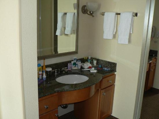 Homewood Suites by Hilton Bethlehem Airport : Bathroom Sink Area