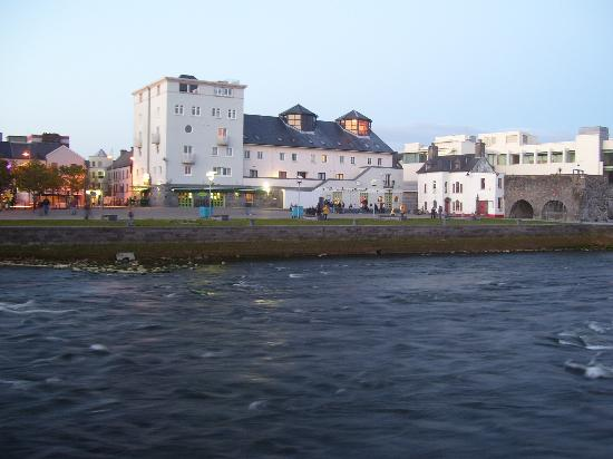 Barnacles Hostel Galway: spanish arch