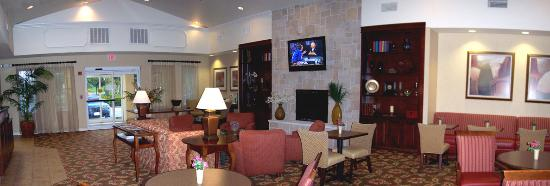 TownePlace Suites Dallas Arlington North : Hotel lobby (panoramic) - yes, that's Larry King on the tv!