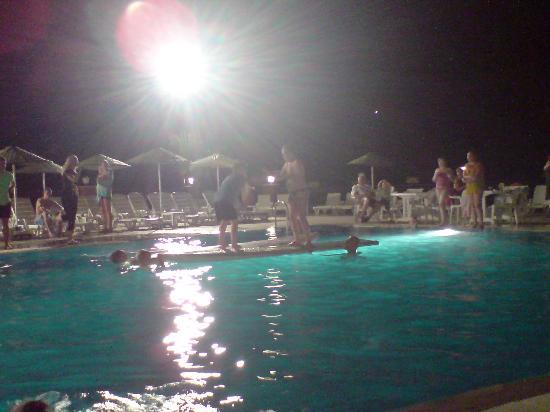 Grand Panorama Hotel: pool party - gladiators