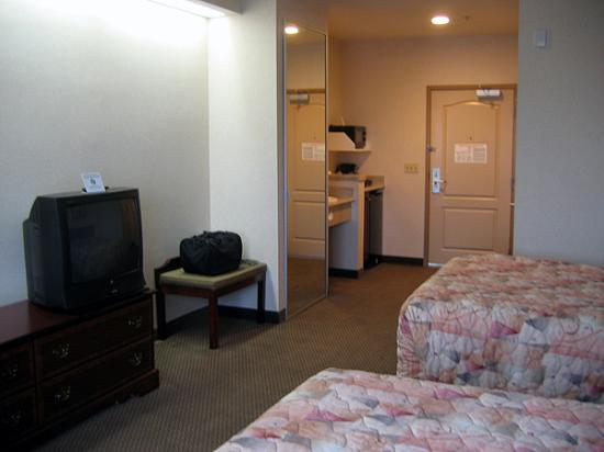 Quality Inn & Suites At NASA Ames: alternate view of room with two double beds