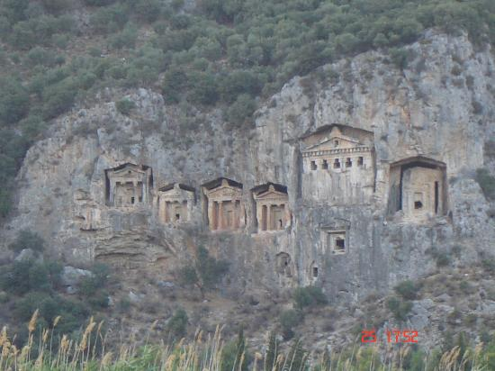 Hotel Asur /Assyrian Hotel: view of rock tombs  from restaraunt