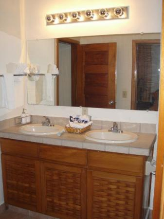 Mayan Princess Beach & Dive Resort: Two sinks were very nice... and lots of  bathroom amenities/towels in our unit.