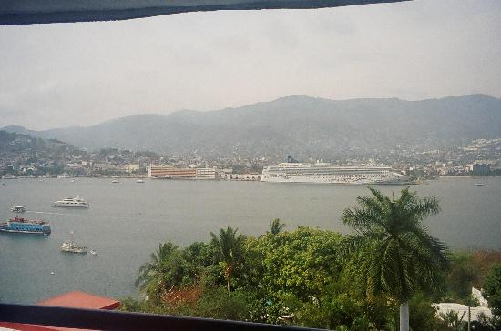 Hotel Aristos Acapulco: This photo was taken from the lobby, the hotel is close to a cruise port and a ship was...