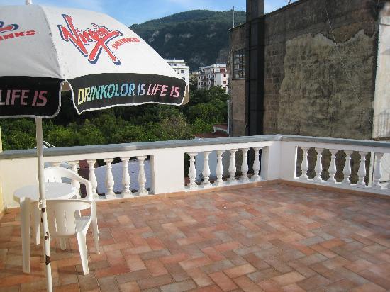 Sorrento Town Suites: Great balcony, huge..