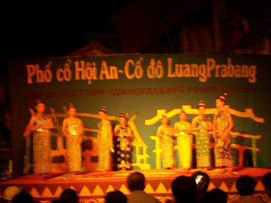 Cultural performance on lantern festival night picture for Traditionelles chinesisches haus hanoi