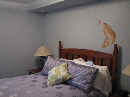 Hidden Creek Bed and Breakfast: Creekside Suite, bedroom