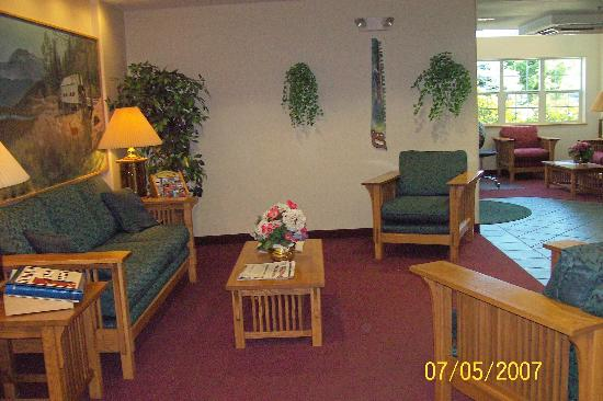 GuestHouse Inn & Suites Sutherlin: Lobby at Southerlin Inn