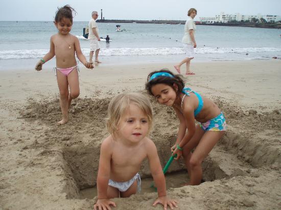 H10 Suites Lanzarote Gardens : playa de las cucharas a 200 metros