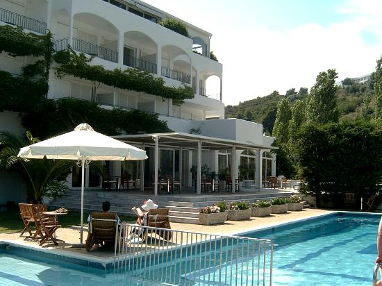 Plaza Skiathos Hotel: Looking into hotel from quiet pool side