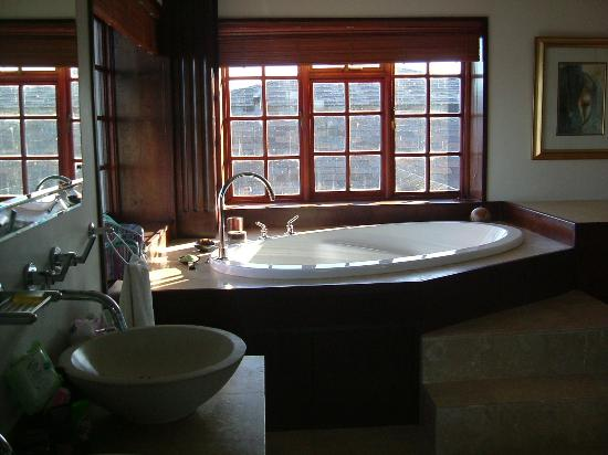 Kanonkop Guest House: Raised Bath