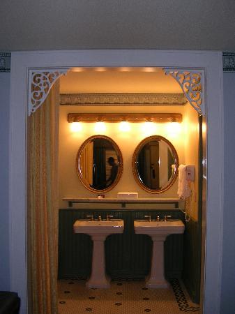 Disney's Port Orleans Resort - French Quarter: Bathroom sinks, toilet and shower separate