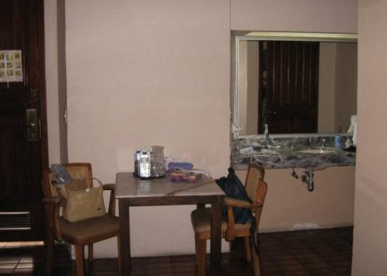 Hotel San Francisco Plaza : Rm 205-utility table adjacent to grooming area