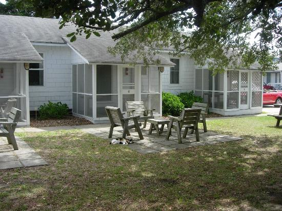 Edwards of Ocracoke Rooms and Cottages: Little courtyard in front of our room