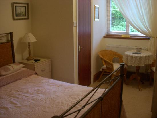 The Limes: Small, crowded but modern room - except the white veneer bedside tables should be ostracised