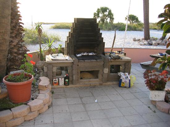 Suncoast Motel: nice barbeque pit on beach