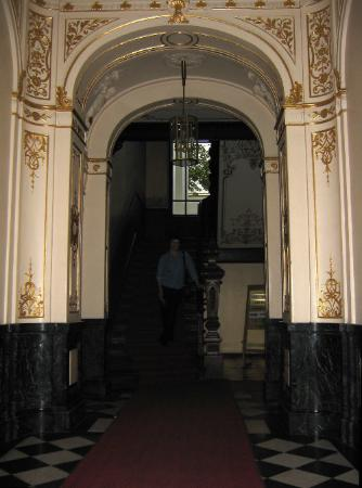 Hotel Pension Columbus: Entry hall, complete with gilded motifs