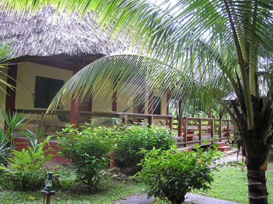 Crystal Paradise Resort: Our thatched cabana at Crystal Paradise.