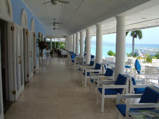 Jamaica Inn: The area where you meet before dinner