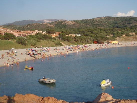 Isola Rossa, Italy: 1930 hrs and the beach is still busy