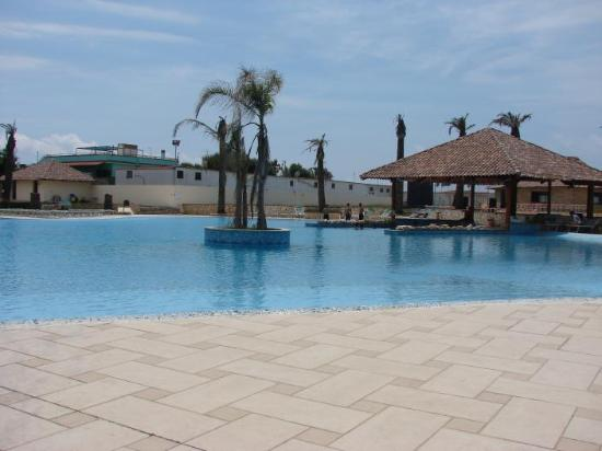 Hotel Villaggio Stella Maris: The pool area with the pool bar - note the dying palmtrees