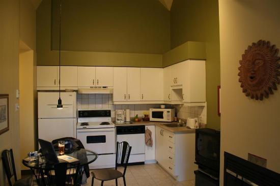 Club Vacances Toutes Saisons: Kitchen and dining area of top-floor unit
