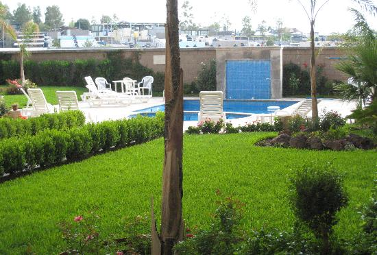 Fiesta Inn Nogales: Garden and Pool