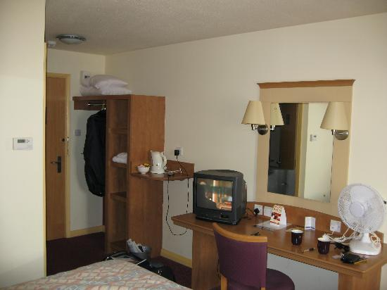 Premier Inn Salisbury North Bishopdown Hotel: View of room