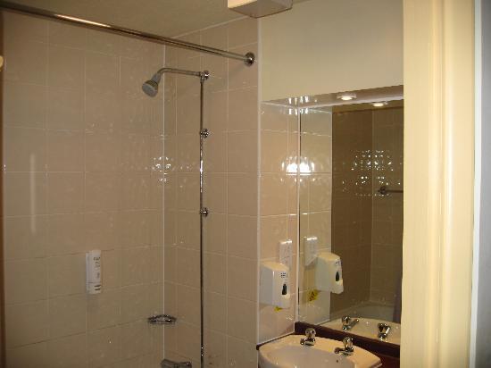 Premier Inn Salisbury North Bishopdown Hotel: bathroom