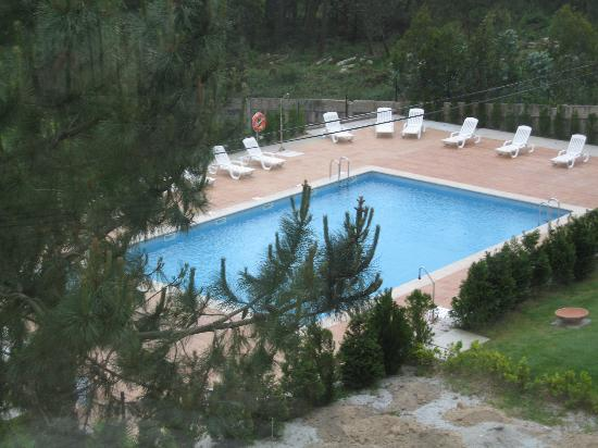 Abeiras: view of the pool inside the hotel