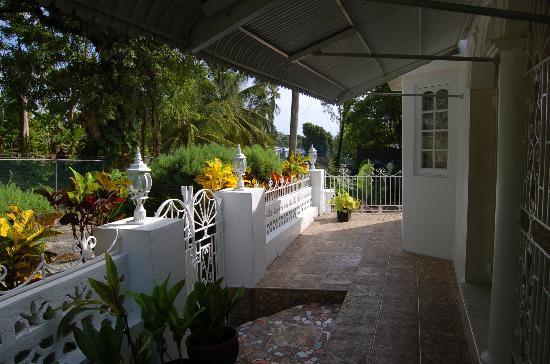 Ocean Crest Guest House: Front courtyard