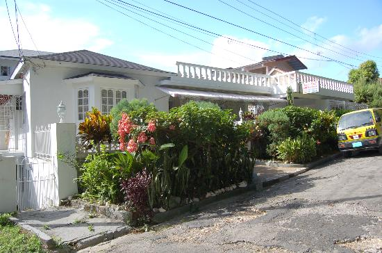 Ocean Crest Guest House: Front from street