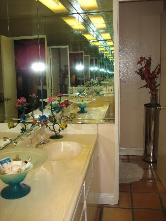 Sundance Villas: Nice bathroom area