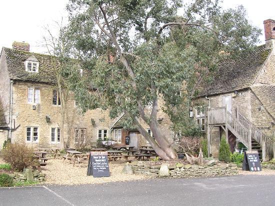 The Red Lion: lovely beer garden