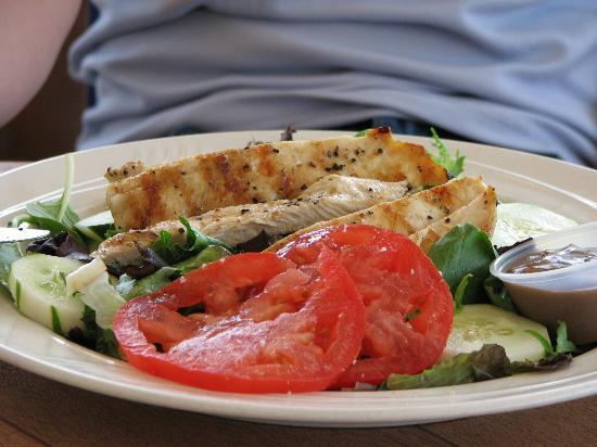 Breezeway Resort: Mari's Garden Salad with grilled chicken HMMMM...