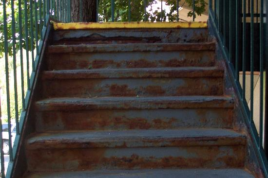 Copper Tree Suites : rusted and rotted staircase