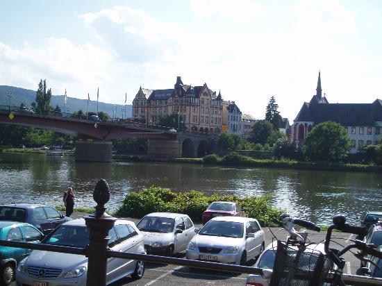 Hotel Drei Konige : Hotel across river