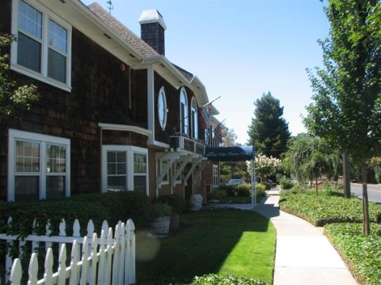 Best Western Plus Elm House Inn : Front of hotel