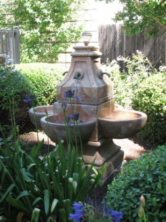 Best Western Plus Elm House Inn : Courtyard scene