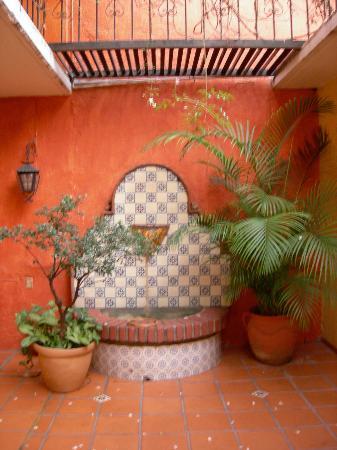 La Casa de Mis Recuerdos B&B: Fountain in the back courtyard