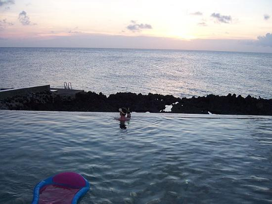 Lands End - Ocean Front Lodge: Land's End Pool - beer and sunset