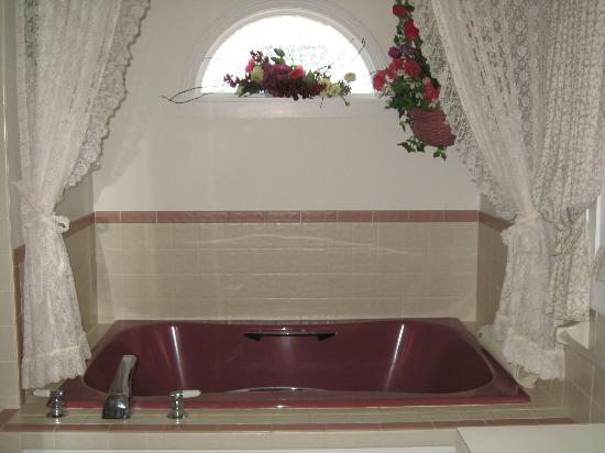 Dutch Colonial Inn: jacuzzi tub
