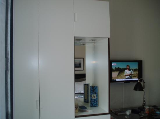 Avenue Hotel Copenhagen : Wardrobe and TV