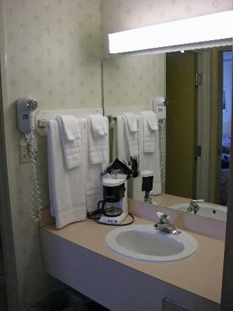 Cedar Point's Sandcastle Suites: Clean bath