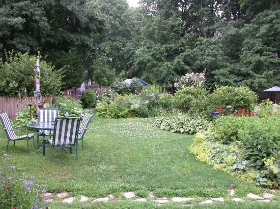 Agnes Pease House : View of the garden