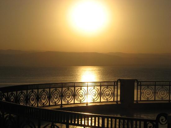 Kempinski Hotel Ishtar Dead Sea: Sunset over the balcony of the Ishtar Buliding