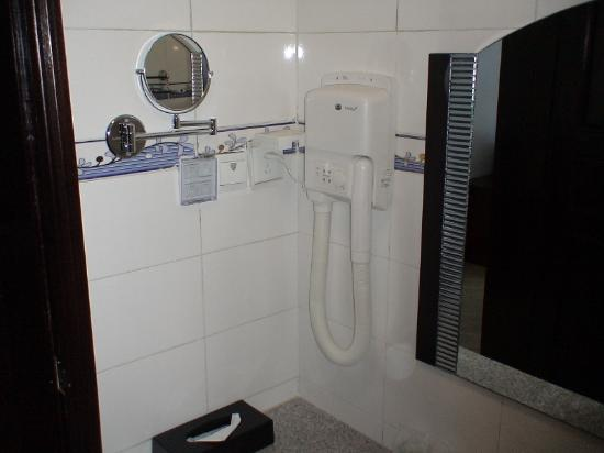Taixing Hotel: Shaving mirror and hair dryer